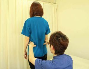 体の歪みを検査する女性